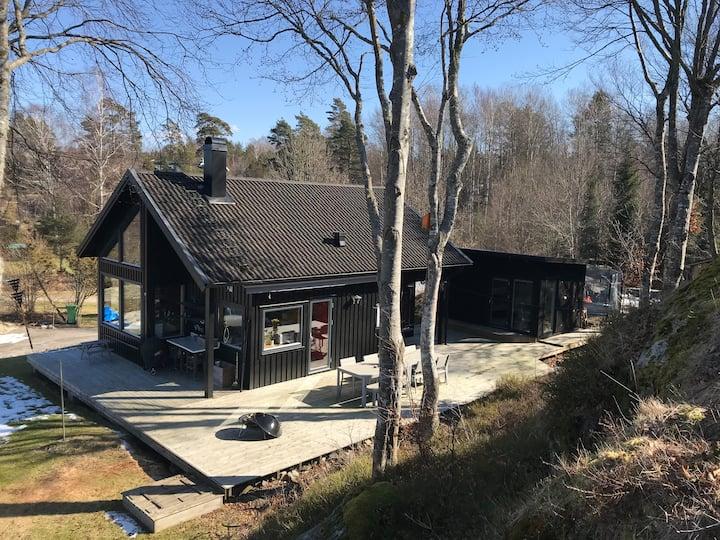 Arkitektritad stuga vid Gullmarsfjorden