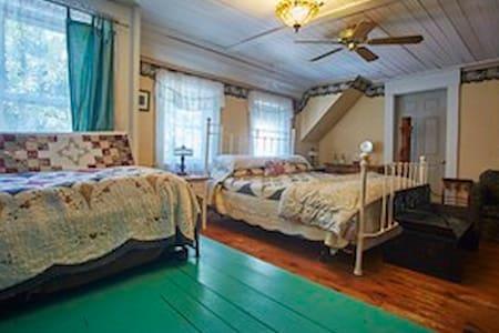 The Hilltop Inn, King Room, Room 6