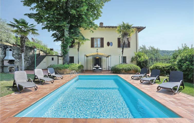 Semi-Detached with 5 bedrooms on 400 m²