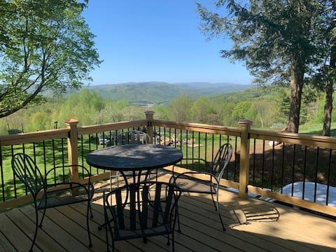 Private Apt. on Farm, Magnificent Views, & Hot Tub