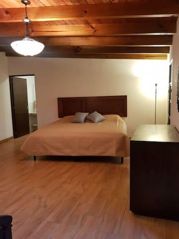 Suite Máster, con baño completo dentro de la habitación .Entrada Independiente dentro de la misma propiedad.