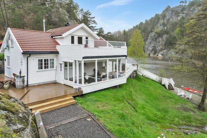 Hytte ved den idylliske Reddalskanalen. - Grimstad