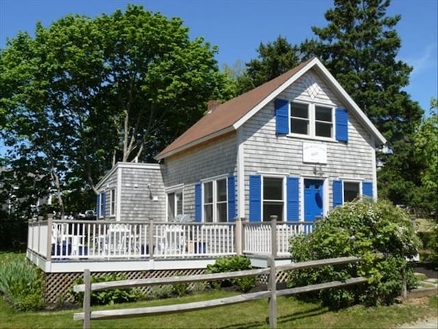 Walk to Town & Beach - Oak Bluffs - House