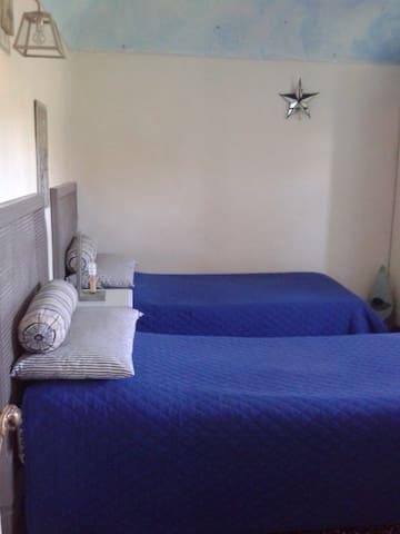 La casa tra le vigne - stanza blu - Gavi - บ้าน