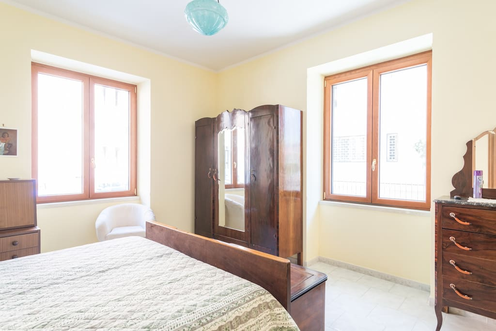 Large bedroom with 2 windows