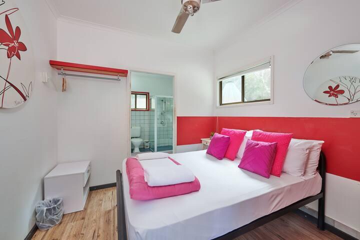 Love Shack - Cosy private en suite overlooking pool