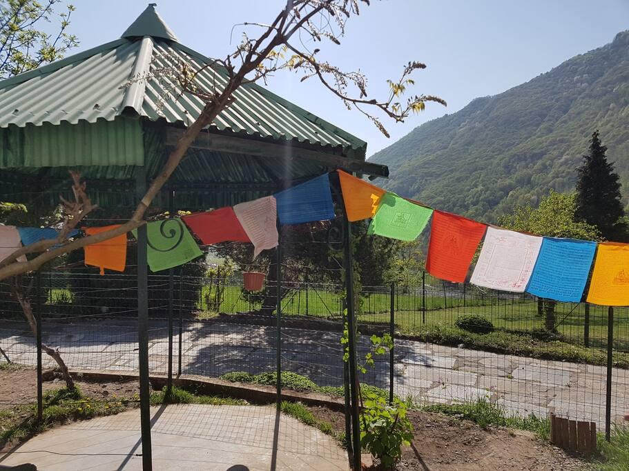Gazebo nel giardino e bandierine tibetane