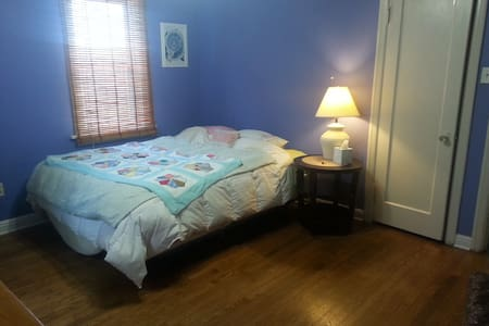 Cozy room in a cheerful home, close to airport - Ferguson - House