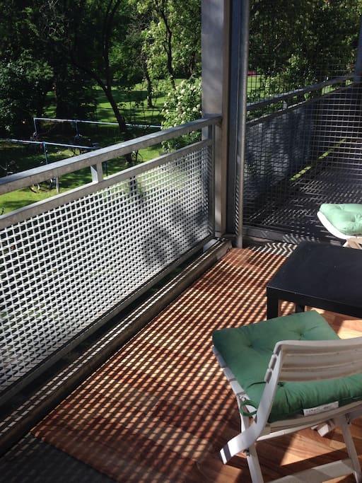 Großer Balkon mit Sitzgelegenheit und Blick ins Grüne