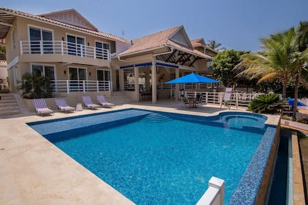 Oceanfront house in Baru with private beach, swimming pool and 6 rooms