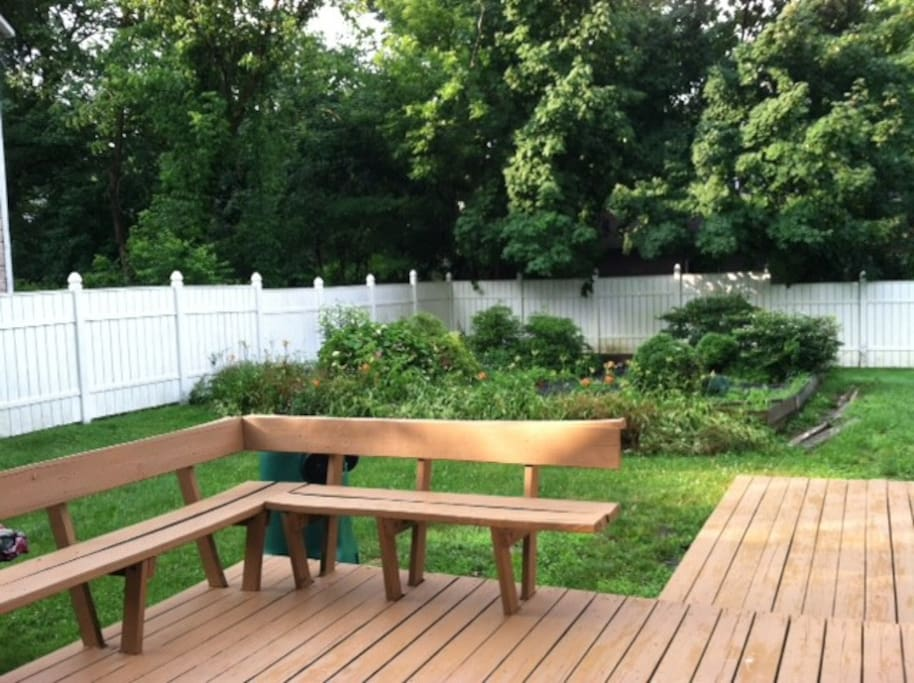 wraparound 400 sqf deck with built in seating