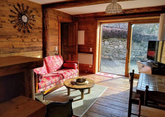 Le séjour : - Lumière et intimité, - Poutres et parquets anciens,  - Canapé particulièrement confortable