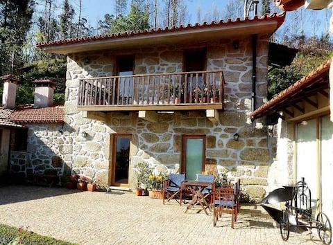 Petite maison en pierre avec jardin
