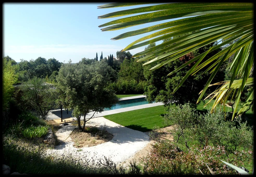 Vue sur la piscine depuis la grande terrasse