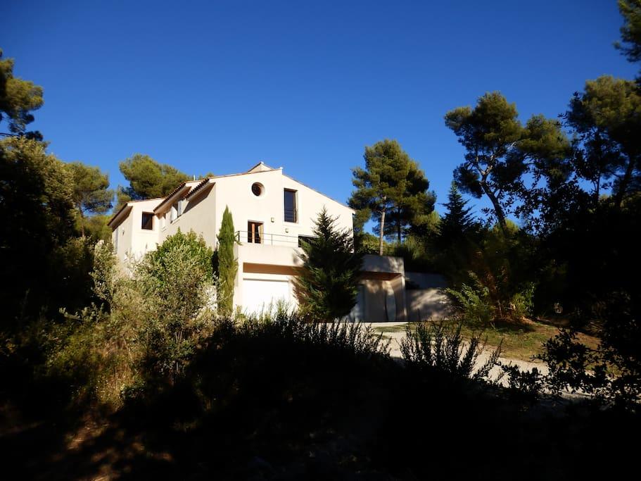 Villa d 39 architecte avec piscine maisons louer for Location villa cote d azur piscine