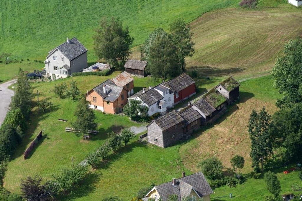 Stabburet ligger lengst til høyre i nærmeste husrekke. The Loft is found at the very right in the closest line of houses.