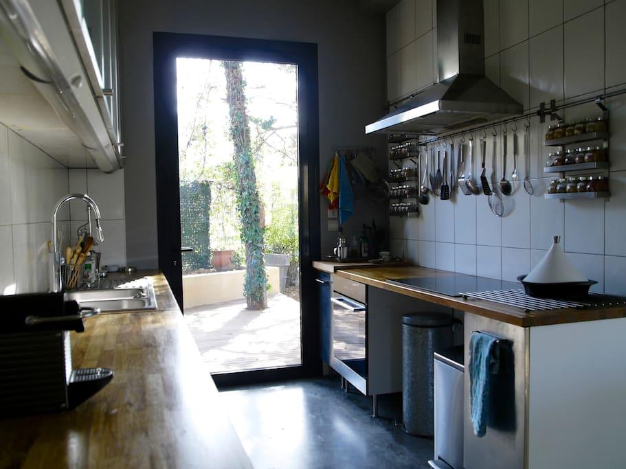 La cuisine avec sa terrasse , four et induction