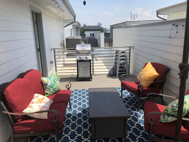 1 or 2 Rooms in a Beautiful Downtown Rooftop Home
