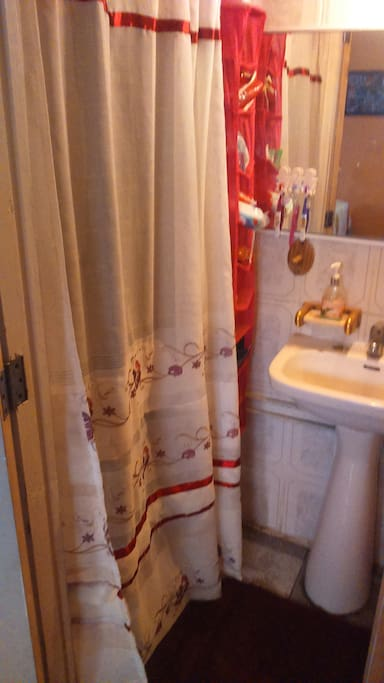 Baño privado, fuera de la habitación.