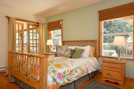 Francis Point B&B, Parkview Suite - Madeira Park