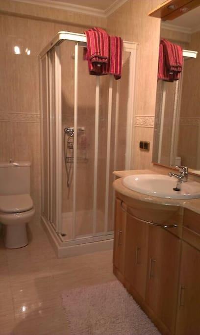 baño coqueto con plato de ducha completamente reformado