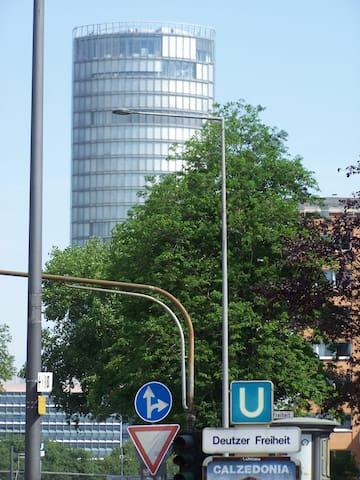 Mit dem Fahrstuhl rauf und die Aussicht genießen: Ebenfalls auf der Siegburger Str!