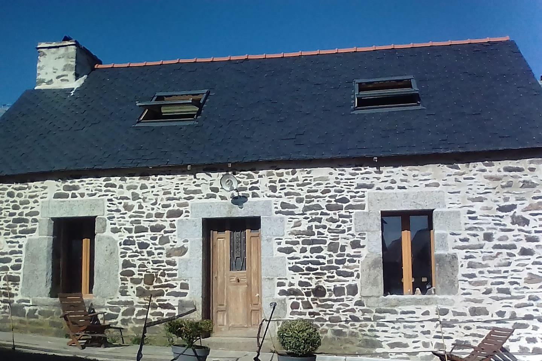 La maison en pierre, typique des anciennes bâtisses bretonnes de campagne, a été restauré dans un style authentique.