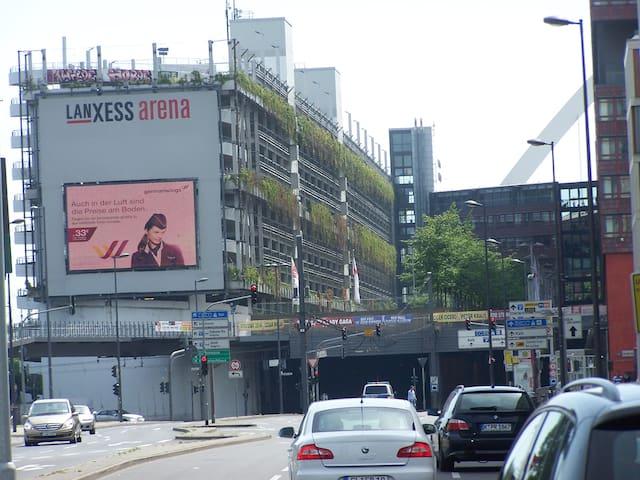 Die Lanxess Arena in unmittelbarer Nähe!