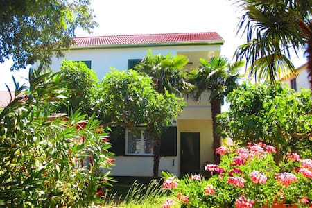 Vacation home , 30 m from the beach - Turanj