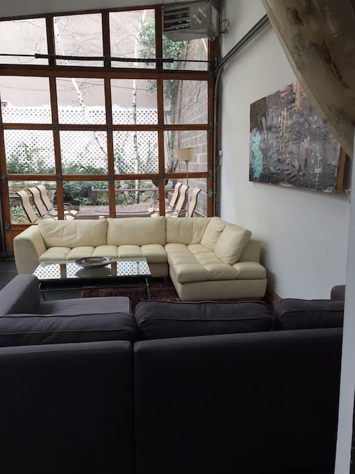 New: The white leather sofa has been added to the glass living room, 2nd bedroom.