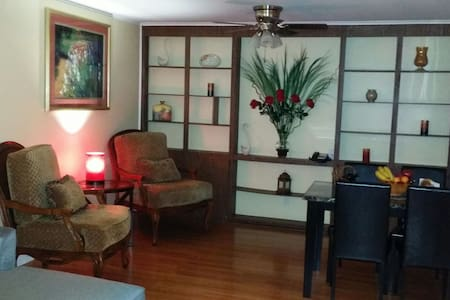 Quiet and Spacious 2 Bedroom Suite with Breakfast - Charlotte - Bed & Breakfast