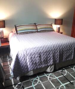 King Bed Near DT/Zoo/Breweries!