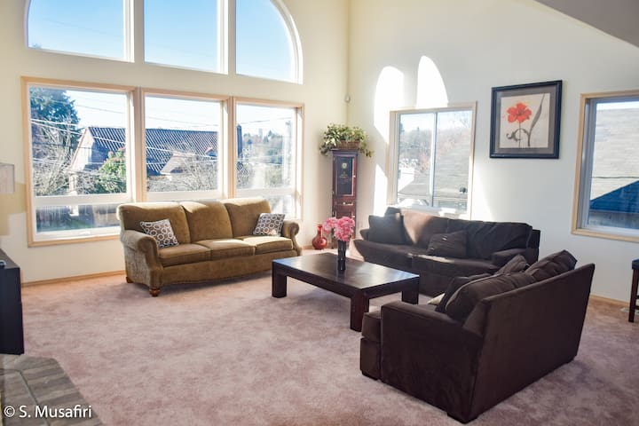 20 ' tall ceiling in the Main Living Area. Large shaded windows with plenty of natural light