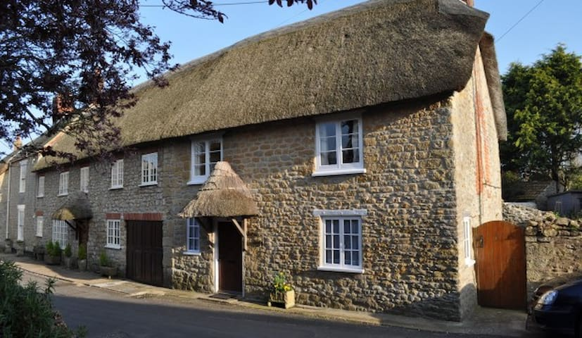 Minnie's is a 17th Century Thatched Cottage - Burton Bradstock - Ev
