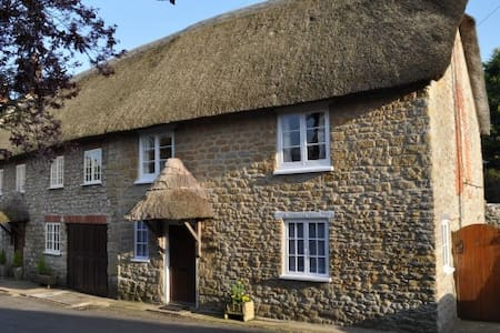 Minnie's is a 17th Century Thatched Cottage - Burton Bradstock