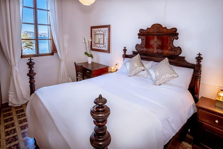Habitación Villa ca'n Verd.  Vistas al mar.  Cama doble.  De estilo clásico. La cama tiene unos 200 años de antigüedad (¡el colchón es nuevo!).  Disfrute de la experiencia de dormir en una habitación clásica mallorquina con vistas al mar.