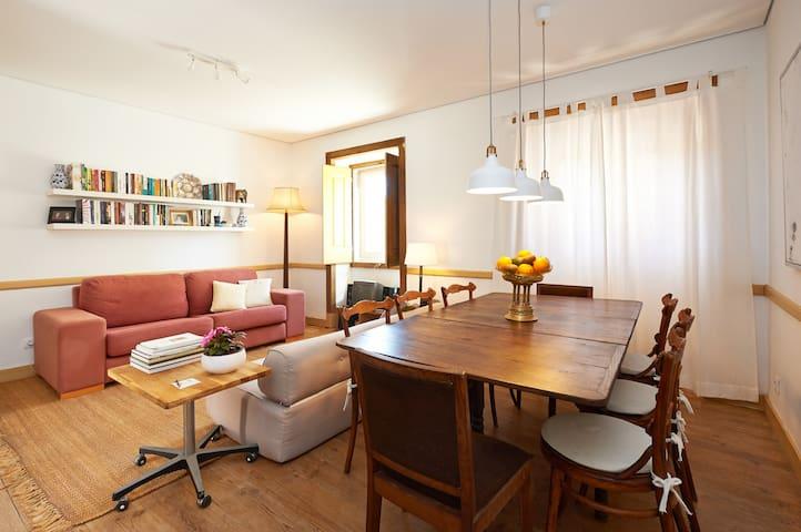 Mesa de pequenos almoços e sala de estar