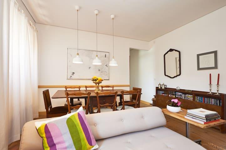 Sala de estar e mesa de pequenos almoços