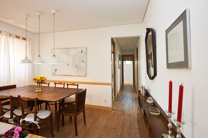 Mesa de pequenos almoços e corredor de acesso a quartos