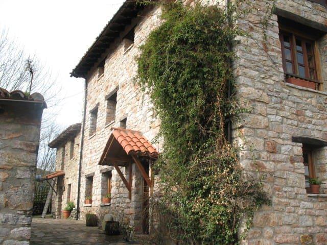 Casa de campo de piedra y madera - Ruenes
