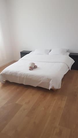 Chambre 1 avec lit 140×190cm