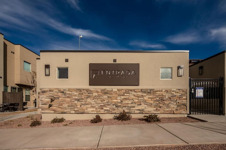 Pool / Spa - Incredible Downtown Location - Professionally Decorated