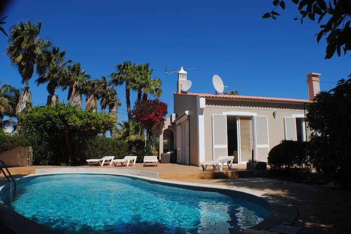 Casa  perto das  praias com piscina privada.