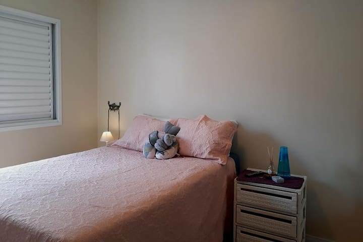 Suíte, dormitório com tres portas de armário disponível. Banheiro privativo, chuveiro com  aquecedor.