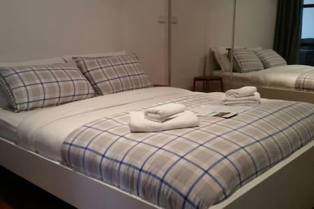 Tambo Room, Queen Bed Classic 1920s Building - Melbourne - Apartment