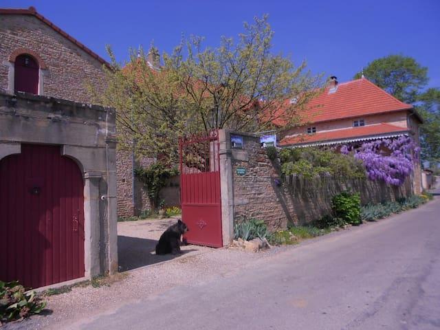 Les Verchères Chambre d'hôtes à Igé - igé - ที่พักพร้อมอาหารเช้า