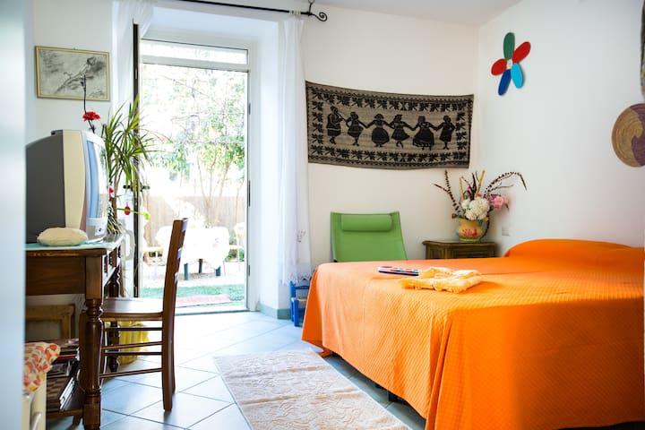 Camera con bagno e cortiletto  Con tavolino e sedie in plastica Cucinotta 2 fuochi, lavandino