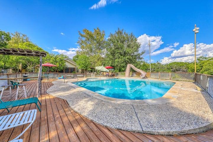 Dog-friendly lodge w/ a shared pool & furnished deck