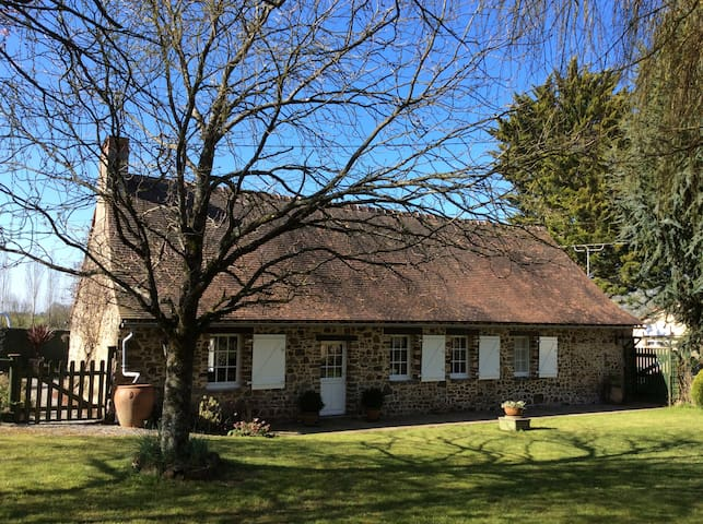 Country cottage with private swimming pool - Thorigné-en-Charnie - Rumah