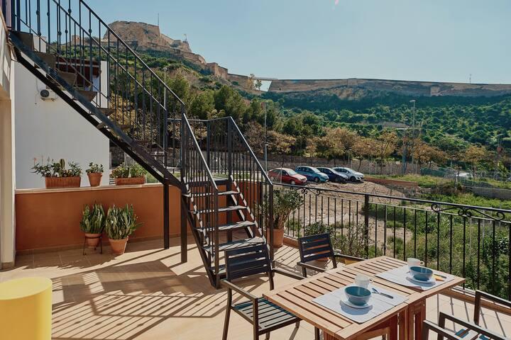 Qué tal empezar el día desayunando en la terraza con vistas al Castillo Medieval??